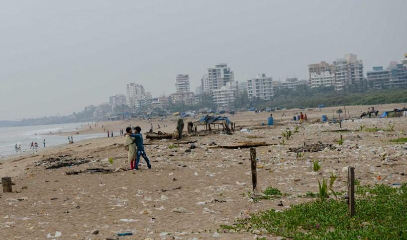 Mumbai : Juhu Beach : October 2012 : lovers
